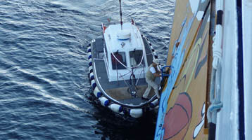 loods stapt aan boord in haven Olbia